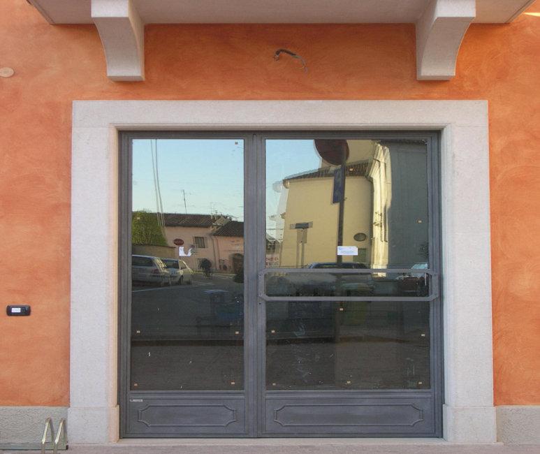 Realizzazione porte e vetrine per negozi in ferro e - Porte di ferro per esterni ...