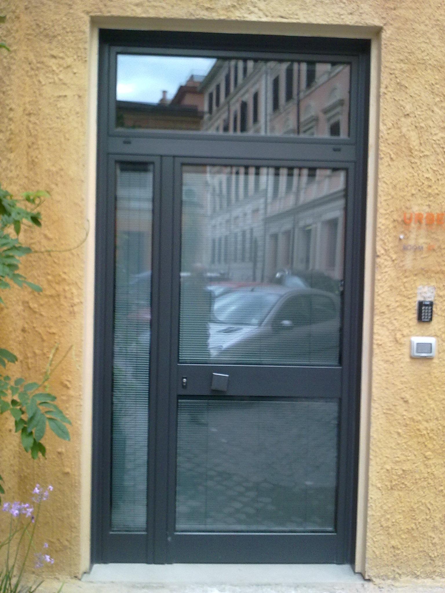 Realizzazione porte e vetrine per negozi in ferro e for Porte in pvc per esterni prezzi